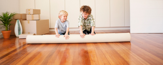 Enfants qui préparent des cartons de déménagement