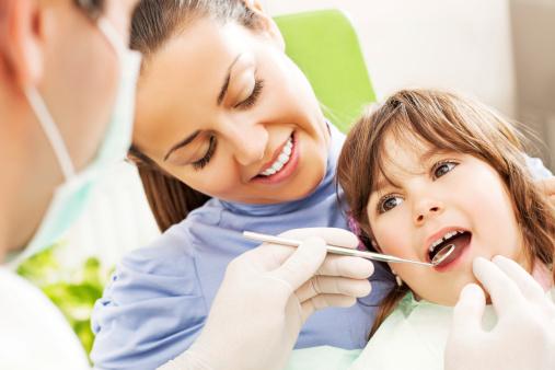 Pour que le rendez-vous chez le dentiste ne soit pas source de stress, habituez votre enfant à se rendre chez le dentiste régulièrement. Source image : Gettyimages