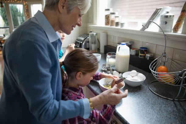 Grand-mère qui cuisine avec sa petite-fille