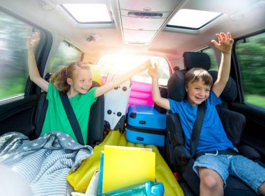 Enfants qui s'amusent dans la voiture sur la route des vacances