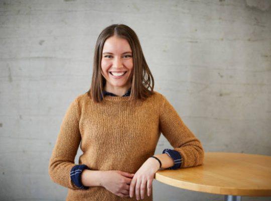 Jeune femme qui sourie à la caméra