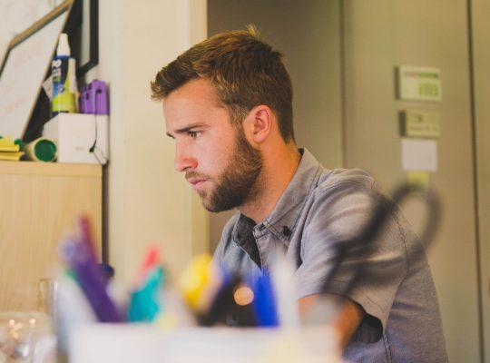 Jeune homme concentré