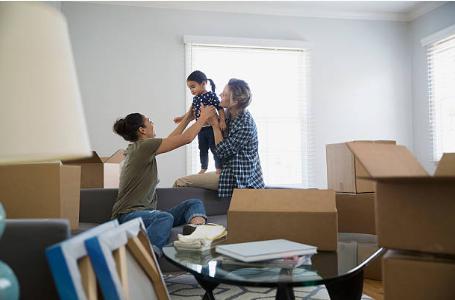 famille au milieu de cartons de déménagement