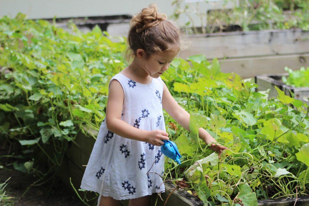 Petite fille qui jardine