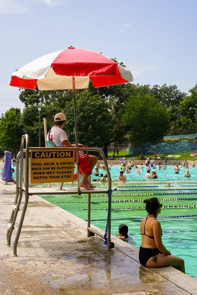 surveillant de baignade à la piscine