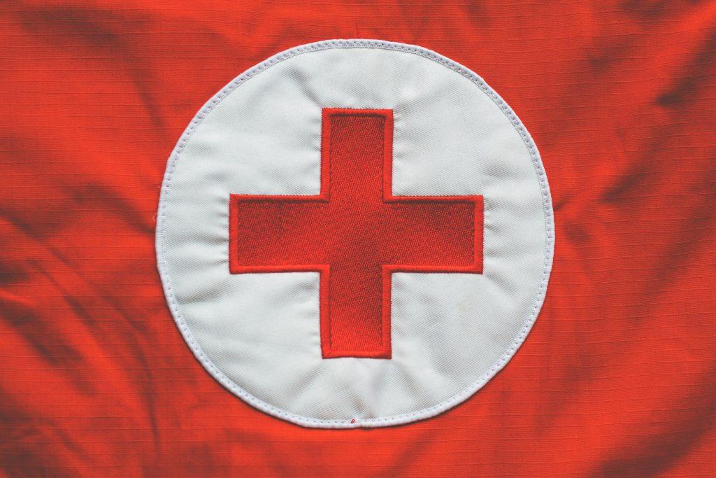 Un croix rouge sur un drapeua