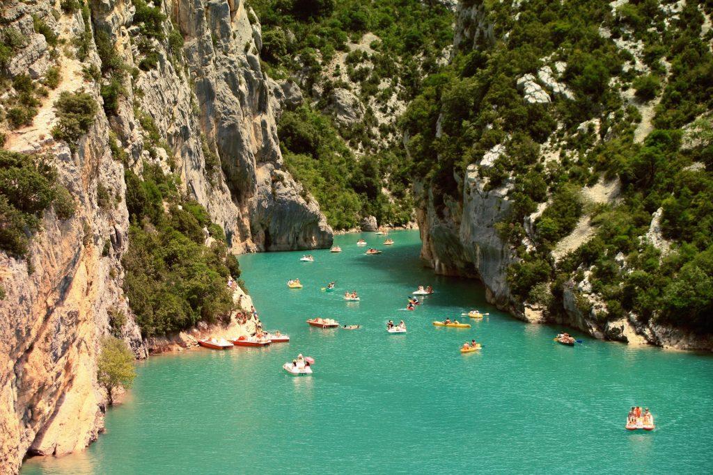 Vacanciers faisant des activités nautiques dans les gorges ardéchoises