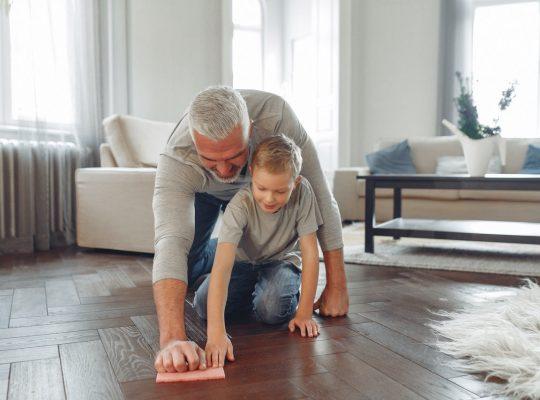 Parent et enfant qui font le ménage