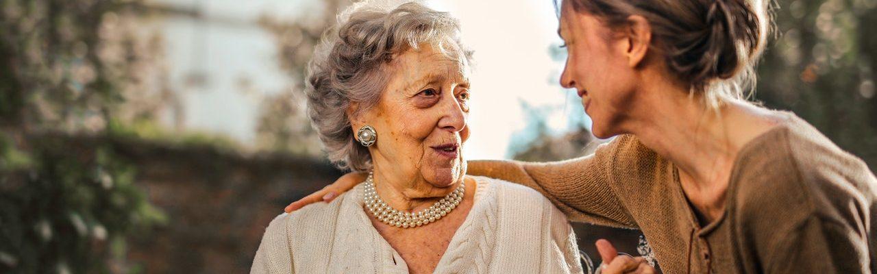 une femme tenant la main à une femme âgée