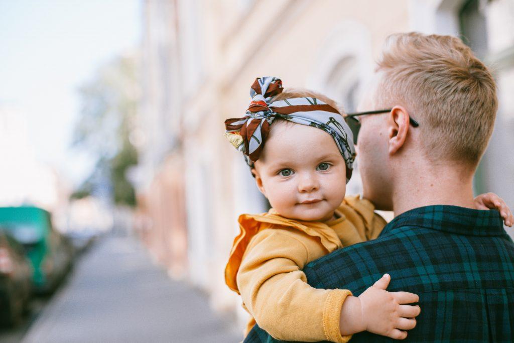 Bébé fille qui sort avec son papa pour se sociabiliser